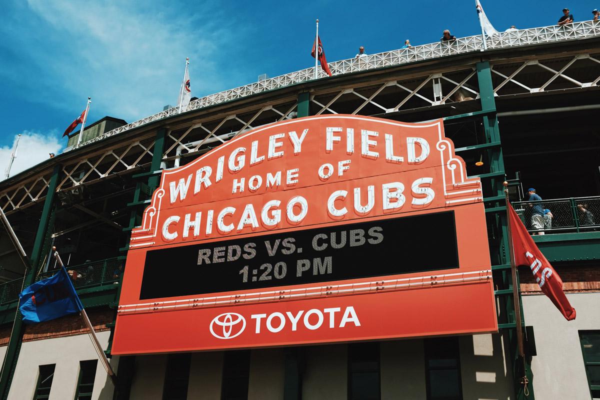 il tabellone esterno dello stadio wrigley field dei chicago cubs